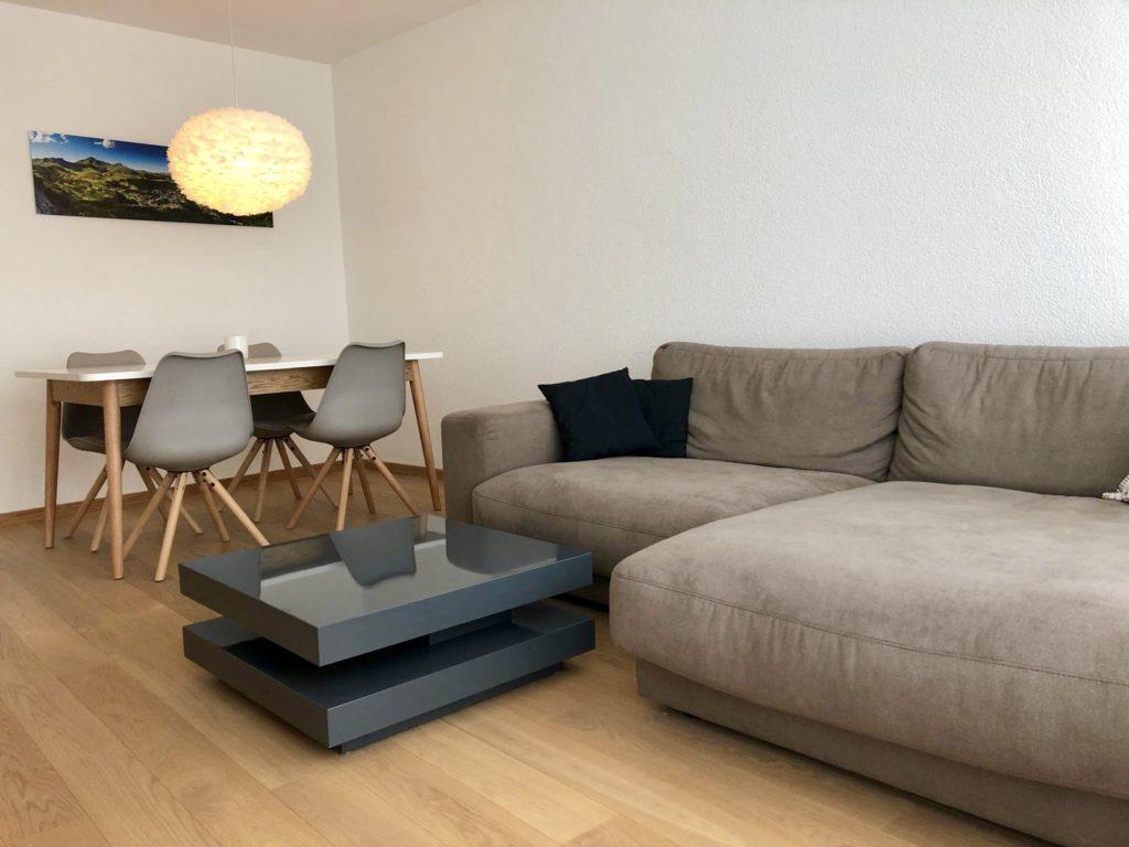 Wohnbereich mit Sofa Ferienwohnung Arosa